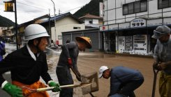 Japan rescuers battle to reach 1000s trapped by floods